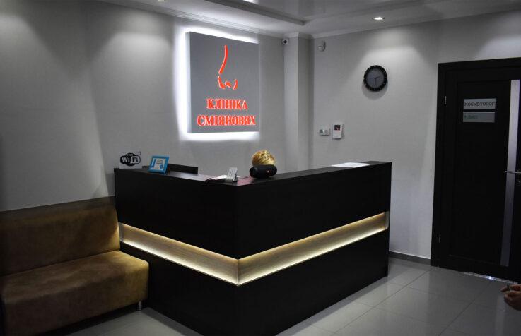 Интерьерный логотип с контражурной подсветкой и инкрустацией акрила