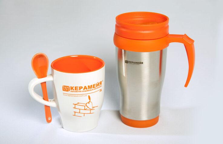 Чашки в корпоративных цветах с логотипом