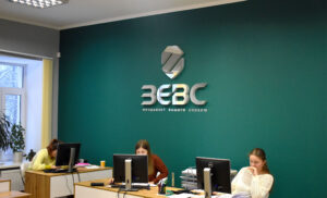 интерьерный логотип в офисе аудиторской компании