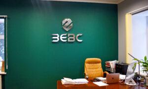 Интерьерный зеркальный логотип для аудиторской фирмы