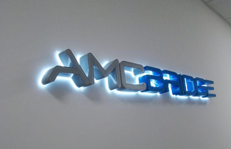 Интерьерный логотип для IT компании с контражурной подсветкой